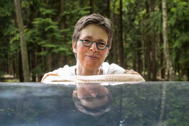 Портрет усміхненої жінки, що схилилася до автомобіля, Есбек, Норд-Брабант, Нідерланди. — стокове фото