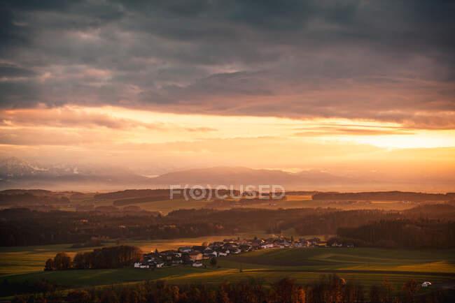 Drammatico tramonto sulla scena rurale villaggio nelle Alpi austriache vicino a Salisburgo, Austria — Foto stock