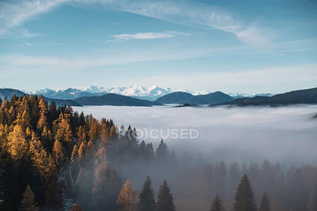 Alfombra nubosa sobre los Alpes austríacos cerca de Filzmoos, Salzburgo, Austria - foto de stock