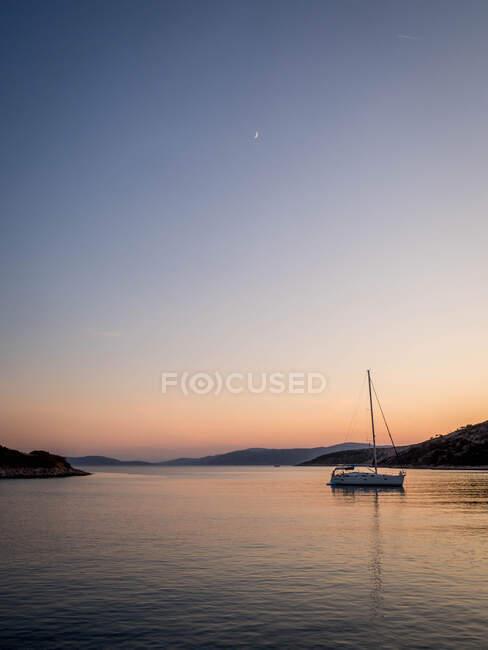 Yacht ormeggiato nella baia al tramonto, Kyra Panagia, Sporadi, Grecia — Foto stock
