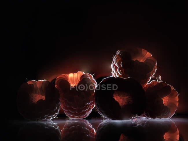 Paisaje volcánico conceptual hecho con frambuesas - foto de stock