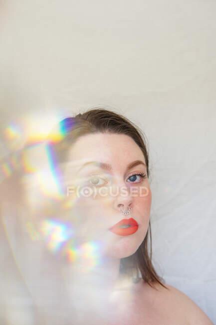 Retrato de uma mulher bonita com luz multicolorida em todo o rosto — Fotografia de Stock