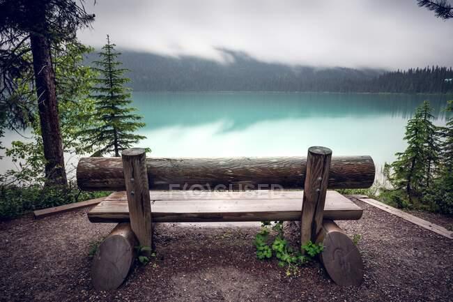 Скамейка у Изумрудного озера, Национальный парк Йохо, Британская Колумбия, Канада — стоковое фото