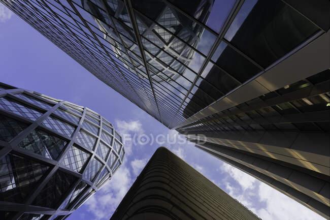 Здания с низким углом обзора в La Defense, Париж, Франция — стоковое фото
