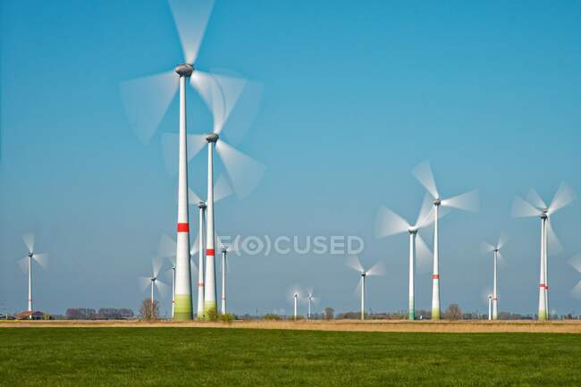 Eoliennes dans un parc éolien, Frise orientale, Basse-Saxe, Allemagne — Photo de stock