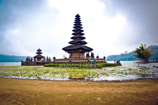 Pura Ulun Danu Beratan) на озері Балі (Індонезія). — стокове фото