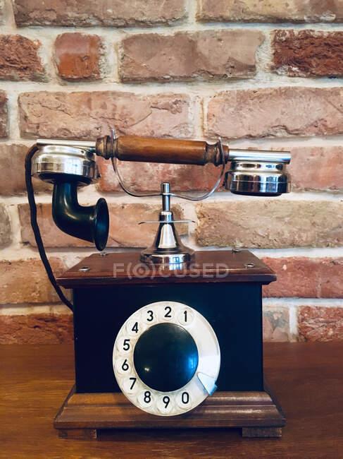 Viejo teléfono vintage en una mesa - foto de stock