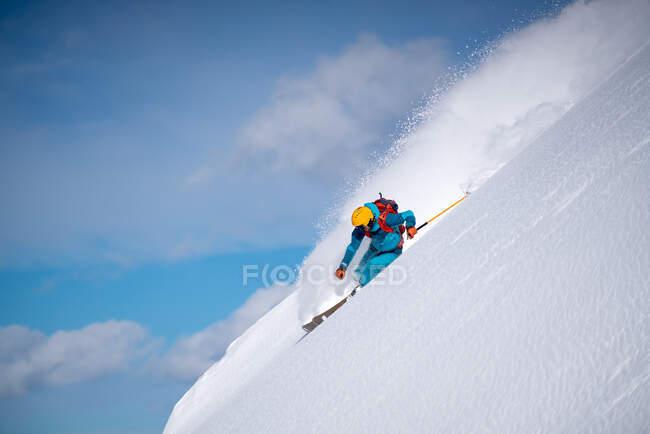 Sciare uomo sulla neve fresca a Sportgastein, Gastein, Austria — Foto stock