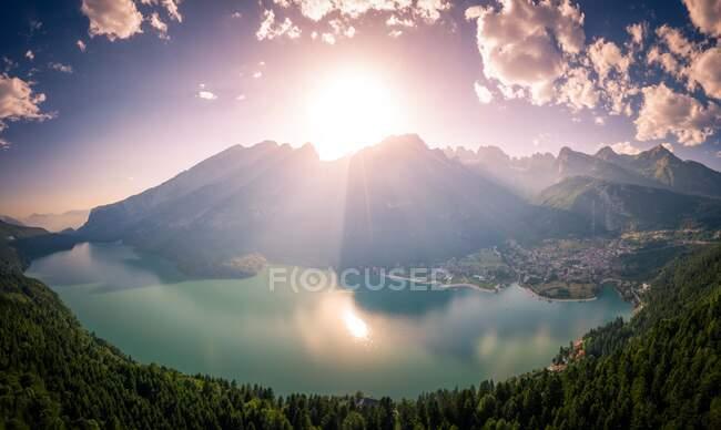 Vista aérea del lago Molveno, Molveno, Trentino, Trento, Italia - foto de stock