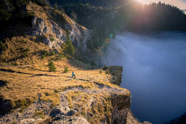 Женская тропа в горах, Зальцбург, Австрия — стоковое фото