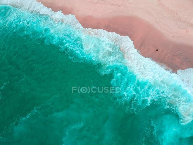 Uomo in piedi sulla spiaggia con tavola da surf, Bronte Beach, Nuovo Galles del Sud, Australia — Foto stock