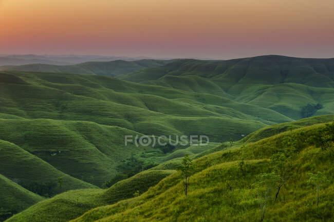 Paysage vallonné au coucher du soleil, Wairinding Hill, Waingapu, Sumba Est, Nusa Est Tengara, Indonésie — Photo de stock