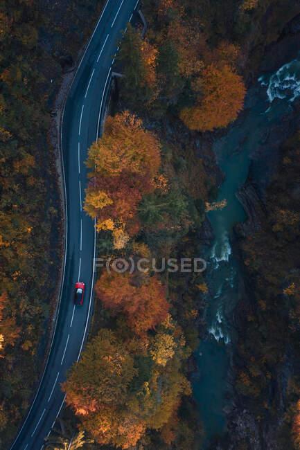 Veduta aerea di una macchina che attraversa una foresta autunnale, Salisburgo, Austria — Foto stock