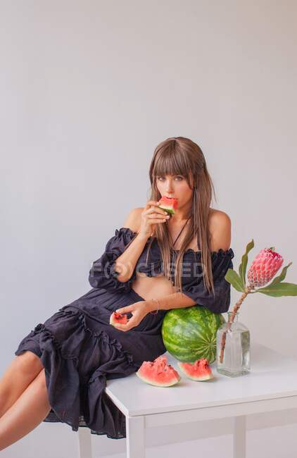 Portrait of a woman eating a watermelon — Stock Photo