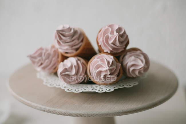 Вафельные рожки со взбитыми сливками на выпечке — Stock Photo