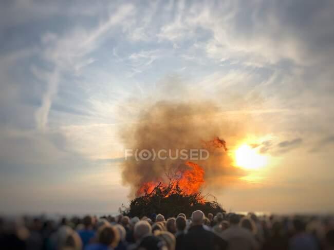 People watching a bonfire on the beach at midsummer, Fanoe, Denmark — Stock Photo