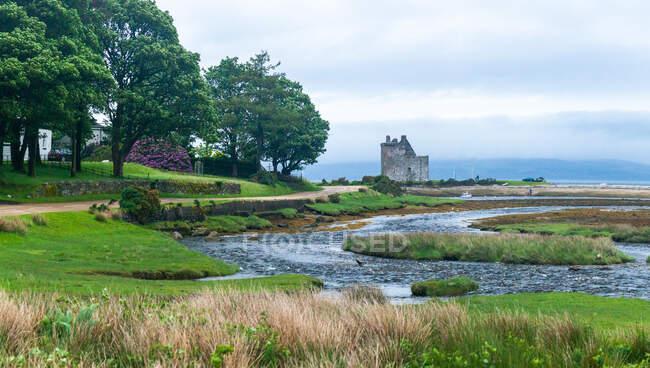 Castillo ruina y entrada en Lochranza, Isla de Arran, Escocia, Reino Unido - foto de stock