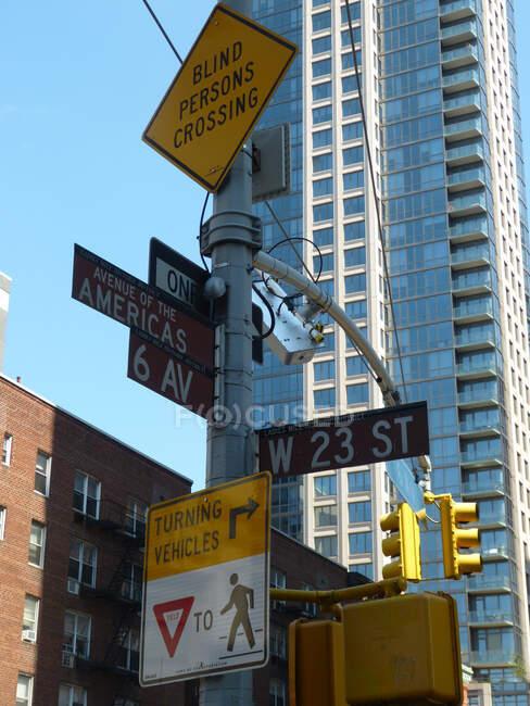 Señales de tráfico, Avenue of the Americas, Nueva York, Estados Unidos - foto de stock