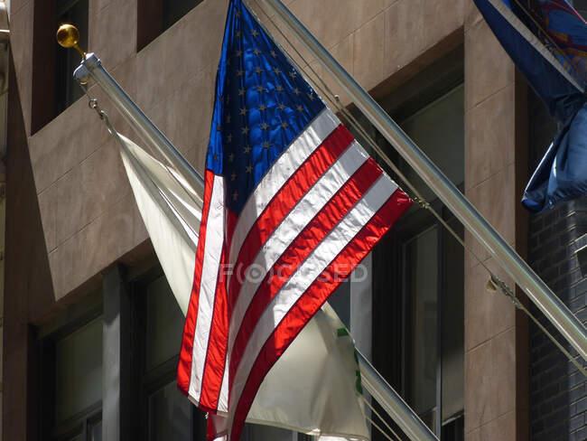 Американский флаг на небоскребе, Манхэттен, Нью-Йорк, США — стоковое фото