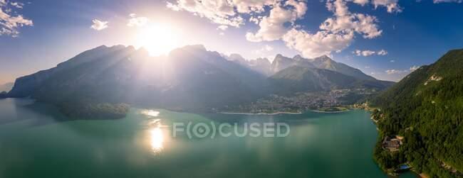 Вид згори на озеро Молвено, Молвено, Трентіно, Тренто, Італія. — стокове фото