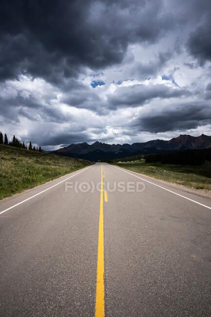 Дорога до гір Сан - Хуан (національний ліс Сан - Хуан, штат Колорадо, США). — стокове фото