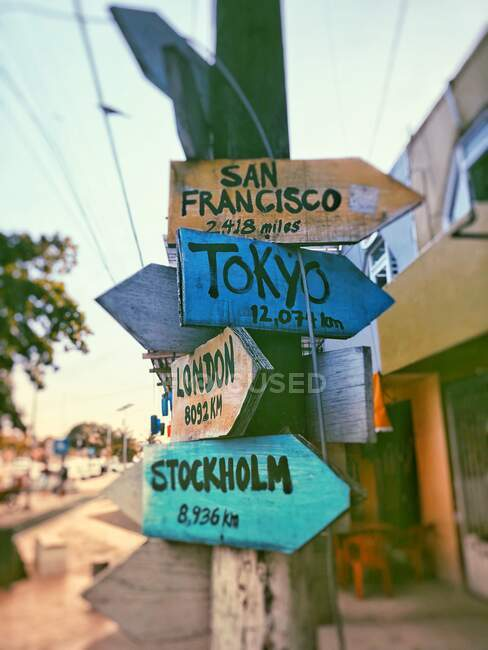 Múltiples señales de destino y distancia desde Tulum, Quintana Roo, Península de Yucatán, México - foto de stock
