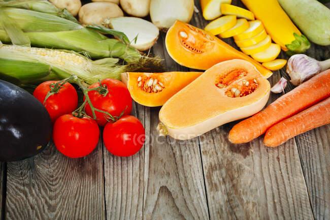 Verdure fresche e frutta su sfondo di legno — Foto stock
