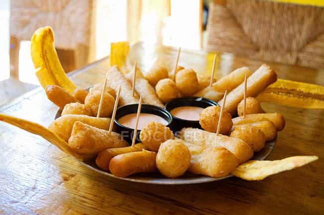Croquetas fritas y patatas rellenas con salsa - foto de stock