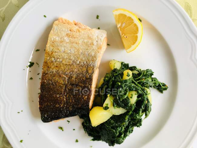Salmon fillet with potato and spinach — Stock Photo