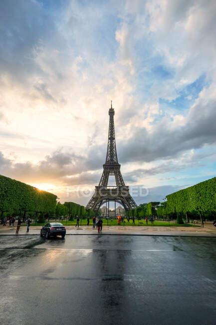 Туристи Ейфелевої вежі (Париж, Франція). — стокове фото