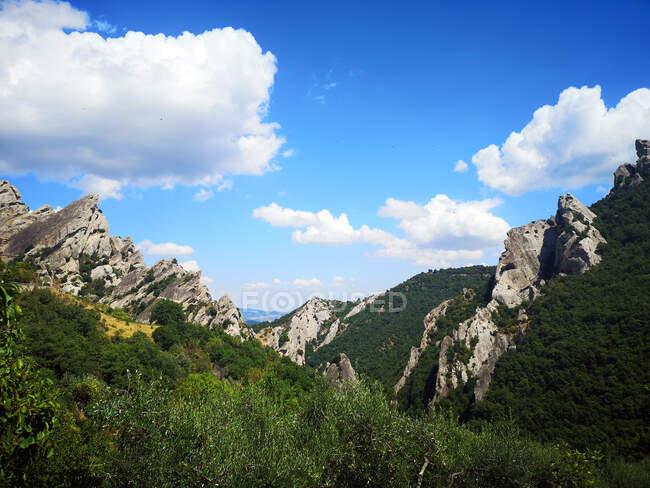 Paesaggio montano tra Pietrapertosa e Castelmezzano, Potenza, Basilicata, Italia — Foto stock