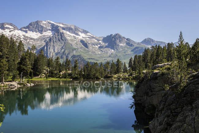 Perdiguero Peak from Ibon de Escarpinosa, Posets-Maladeta Nature Park, Pyrenees, Spain — Stock Photo