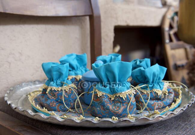 Сумки ручной работы с сафроновым чаем на рынке специй, Иран — Stock Photo
