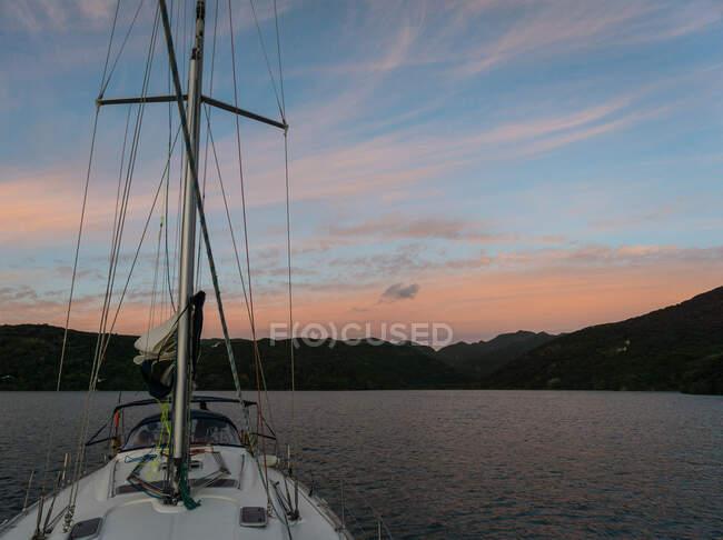 Яхта закреплена на острове Грейт Барриер, залив Хаураки, Северный остров, Новая Зеландия — стоковое фото