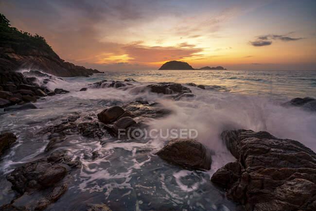 Волны, обрушившиеся на прибрежные скалы на восходе солнца, остров Реданг, Теренггану, Малайзия — стоковое фото