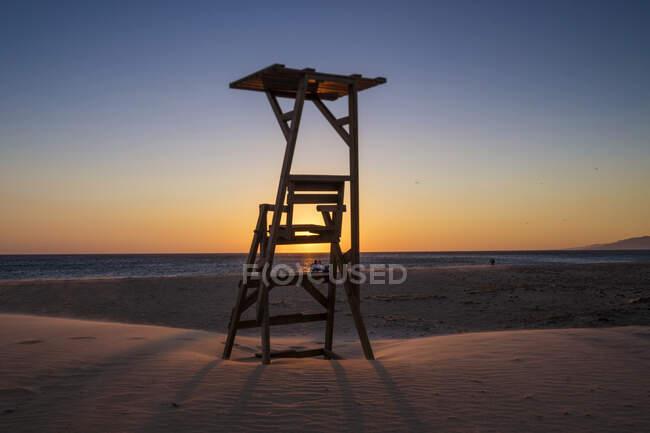 Silhueta de uma torre de salva-vidas, Praia Los Lances, Tarifa, Cádiz, Andaluzia, Espanha — Fotografia de Stock