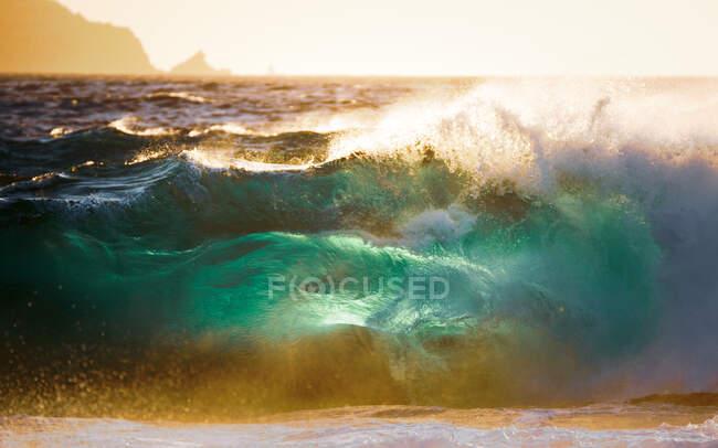 Onde che si infrangono sulla spiaggia, Corsica, Francia — Foto stock