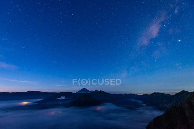 Vía Láctea sobre Mount Bromo, Java Oriental, Indonesia - foto de stock