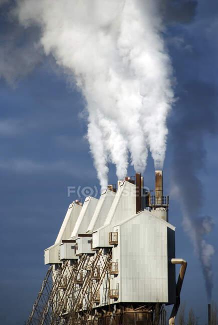 Humo procedente de chimeneas de fábrica, Reino Unido - foto de stock