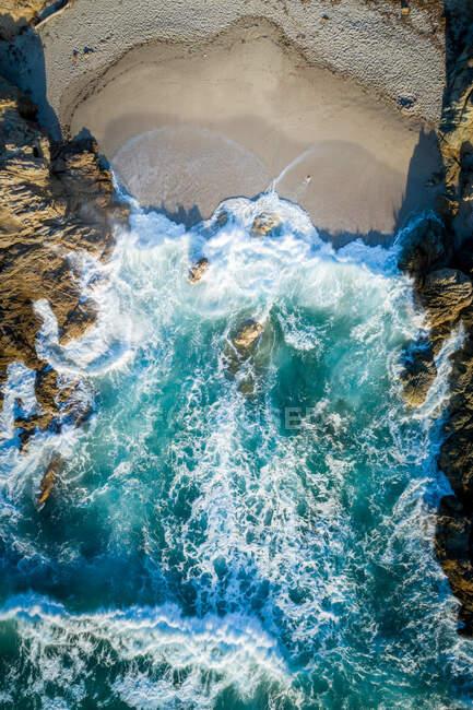 Veduta aerea delle onde che si infrangono sulla spiaggia, Calvi, Corsica, Francia — Foto stock