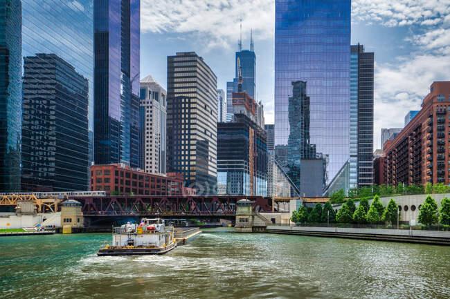 Бардж плаває на річці Чикаго (Чикаго, штат Іллінойс, США). — стокове фото