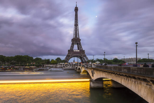 Эйфелева башня в сумерках, Париж, Франция — стоковое фото