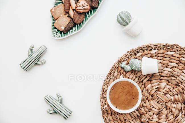 Taza de café con cactus y galletas de cerámica - foto de stock