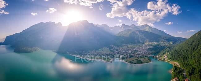 Veduta aerea del lago di Molveno, Molveno, Trentino, Trento, Italia — Foto stock
