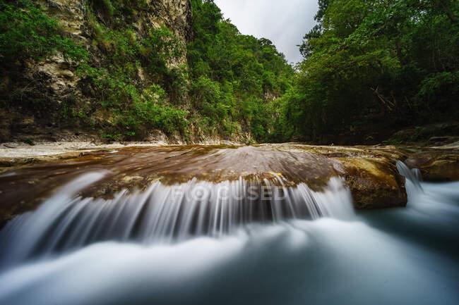 Cascada de Tanggedu, Sumba Oriental, Nusa Oriental Tengara, Indonesia - foto de stock