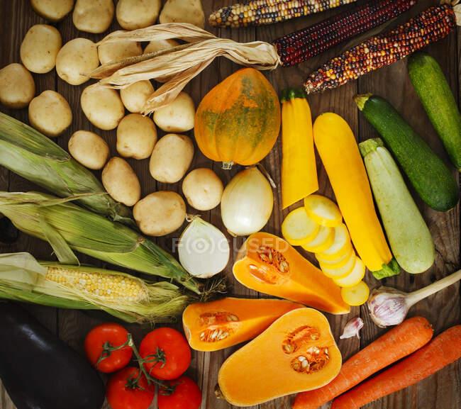 Verdure fresche su uno sfondo di legno — Foto stock