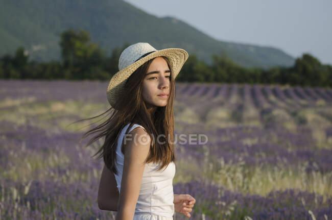 Девочка-подросток, стоящая на лавандовом поле, Прованс, Франция — стоковое фото