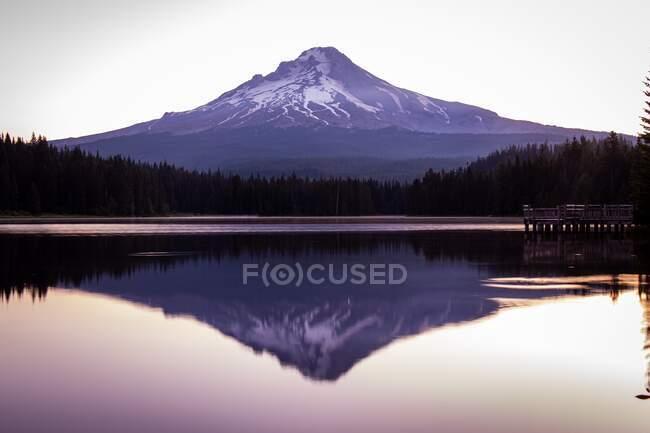Reflexión de Mount Hood en un lago al amanecer, Oregon, Estados Unidos - foto de stock