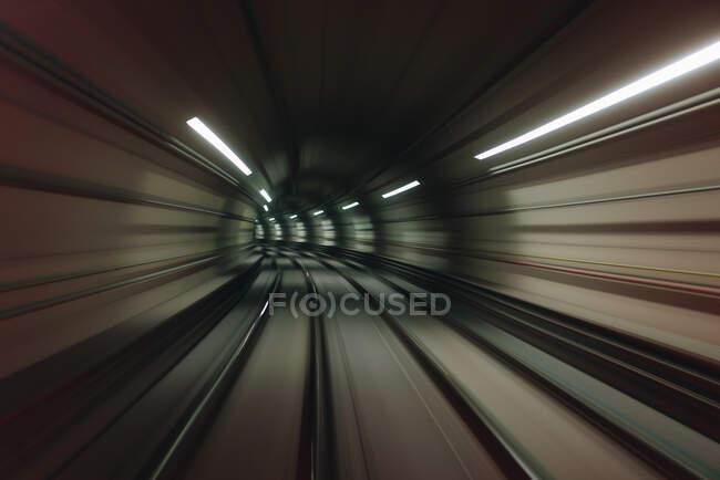 Sendero de luz en un túnel iluminado, Brasil - foto de stock