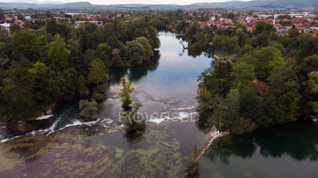 Vista aérea del río Una y la ciudad de Bihac, Bosanska Krajina, Bosnia y Herzegovina - foto de stock